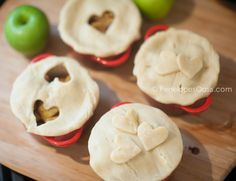 Individual Apple Pies in Le Creuset Mini Cocottes Individual Apple Pies, Mini Apple Pies, Mini Cocotte Recipe, Tiphero Recipes, Cocotte Le Creuset, Jucing Recipes, Dutch Oven Recipes, Campfire Food, Baker Recipes
