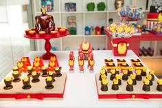 Decoração de mesa para o bolo e docinhos decorados para Thor, em Os Vingadores - Miguel 03 anos
