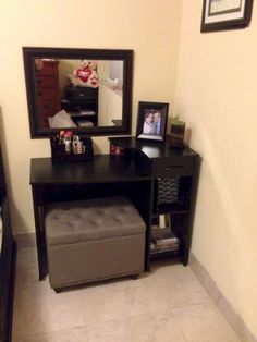 DIY Makeup Room Ideas With Design Inspiration, Organizer & Picture Love how simple the vanity is - need s a different chair though - DIY Vanity set. Make-up corner Vanity Room, Vanity Set, Vanity Ideas, Small Vanity, Diy Vanity Table, Corner Vanity, Vanity Decor, My New Room, My Room