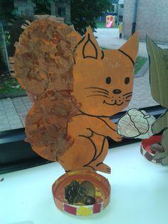 Eekhoorn gemaakt in de peuterklas: eekhoorn stempelen, staart versieren met crêpepapier, eikeltje kleuren, kaasdoosje versieren met herfstvruchten, rand van de doos beplakken met snippers en herfstvruchten laten zoeken om in de kaasdoos te kleven (eigen creatie ^^)