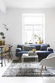 www.muma.com.br | navy sofa, worn out vintage rug, grey hues | home of Therese Winberg, Foto: Therese Winberg, styling: Anna Malmgren