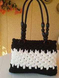 Bolso de trapillo,tejido a crochet,punto cesta,blanco roto y negro.Interior forrado en tejido de lunares,cierre imán.