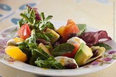 """Mercearia do Conde Restaurante (jantar)    Saladinha tropical com abacate, mussarela de búfala e amêndoas """"spice"""" ao molho de vinagrete de laranja"""