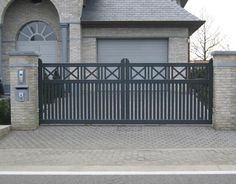 Modern Main Gate Designs, House Main Gates Design, Fence Gate Design, Steel Gate Design, Iron Gate Design, Railing Design, Wrought Iron Driveway Gates, Iron Garden Gates, Front Wall Design