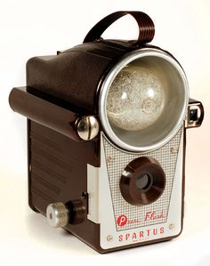 Vintage Cameras Spartus: Press Flash - the first camera to have a built-in flash reflector Photography Camera, Vintage Photography, Pregnancy Photography, Underwater Photography, Underwater Photos, Landscape Photography, Wedding Photography, Portrait Photography, Photography Hacks