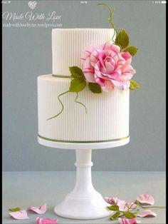 Elegante tarta boda con flor