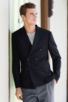 Men's Black Double Breasted Blazer, Grey Crew-neck T-shirt, Navy Print Shorts French Models, Looks Black, Modern Gentleman, Double Breasted Blazer, Sport Casual, Office Outfits, Men Looks, Printed Shorts, Workout Shirts
