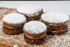 Alfajor de chocolate con dulce leche My Recipes, Favorite Recipes, Cake Servings, Cupcakes, Holidays And Events, Granola, Cookie Decorating, Catering, Bakery