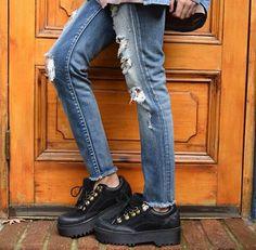 Boho Shoes, Estilo Grunge, Got The Look, Women's Fashion, Fashion Outfits, Red Bottoms, Brogues, Cute Shoes, Boyfriend Jeans