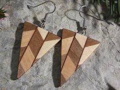 Diese Ohrringe sind aus Nussbaum, Ahorn und Wenge Etsy, Vintage, Fashion, Ballpoint Pen, Arts And Crafts, Unique, Craft Gifts, Ear Piercings, Timber Wood
