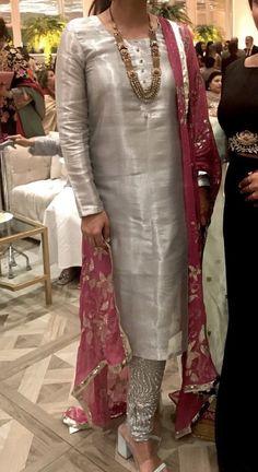 Pakistani Party Wear Dresses, Simple Pakistani Dresses, Designer Party Wear Dresses, Pakistani Dress Design, Pakistani Outfits, Indian Outfits, Kurta Designs Women, Salwar Designs, Function Dresses
