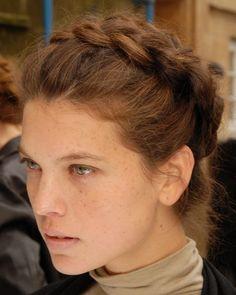 Der Gretchen-Look sieht zu romantischen Brautkleidern perfekt aus. Entweder mit dickem Haar oder Haarteil arbeiten und zwei Zöpfe entgegengesetzt voneinander um den Kopf legen.