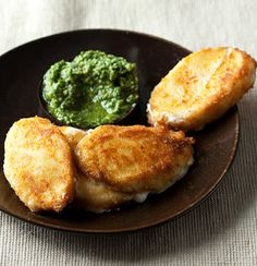 Fried mozzarella with basil pesto Braai Recipes, Veggie Recipes, Finger Food Appetizers, Appetizer Recipes, Good Food, Yummy Food, Gourmet Cooking, Appetisers, What To Cook