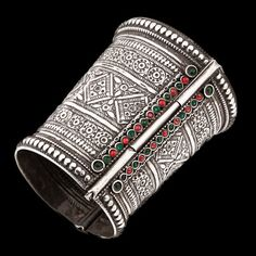 Pakistan | Silver and Glass Cuff from Sindh | Featuring intricate embossing and etching, the cuff opens with a vertical pin. | ca. early 20th century | 1200£