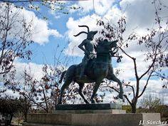 Estatua de Francisco Pizarro en Trujillo en el Parque Temático de Extremadura en Montehermoso  #ParqueTemáticodeExtremaduraenMontehermoso Garden Sculpture, Liberty, Outdoor Decor, Home Decor, Francisco Pizarro, Statues, Parks, Projects, Homemade Home Decor