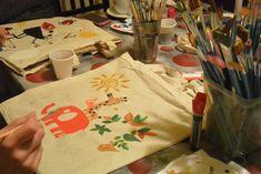 Atelier de pictat sacoșe – LA SEDIU – Art & Hobby Studio București Painting Workshop, Art Courses, Paper Shopping Bag, Tote Bag, Studio, Learning, Creative, Artist, Bags
