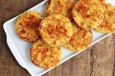 Puffs de batata-doce - Prepare em casa a receita desses leves e deliciosos bolinhos feitos com batata-doce. A receita é muito fácil! Eles são perfeitos para a hora do lanche, para um jantar levinho e também para levar na sua marmita. Sin Gluten, Low Carb Sweet Potato, Healthy Snacks, Healthy Eating, Vegetarian Recipes, Healthy Recipes, Good Food, Yummy Food, Cupcakes