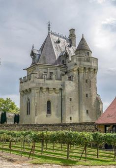 Donjon de Vez ~ construction began in 1360 on this French Gothic Style castle located in Oise,region Picardy. Chateau Medieval, Medieval Castle, Beautiful Castles, Beautiful Places, Fort Mahon Plage, Saint Valery, Palaces, French Castles, Castle Ruins