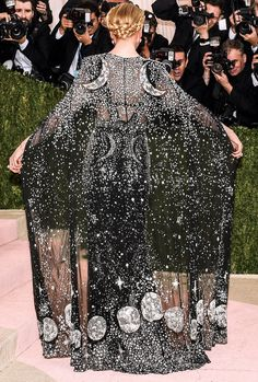 Met Gala 2016 After-Dark: Nicole Kidman - Starry Night - The front was stunning, but the back of Nicole Kidman's Alexander McQueen by Sarah Burton cape was the celestial showstopper. Runway Fashion, High Fashion, My Sun And Stars, Gala Dresses, Alternative Outfits, Nicole Kidman, Celebs, Celebrities, Mode Style