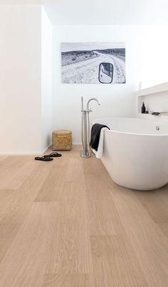 Le parquet stratifié habille le sol de la salle de bains