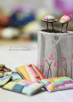 [규방공예] 조각보를 이용한 브로치 :: 네이버 블로그 Sewing A Button, Hand Sewing, Korean Crafts, Fabric Board, Crazy Patchwork, Korean Traditional, Projects To Try, Arts And Crafts, Elsa