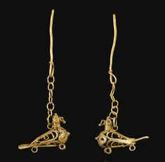 A PAIR OF FATIMID OR AYYUBID GOLD FILIGREE EARRINGS IN THE FORM OF LOVING DOVES, SYRIA, 12TH CENTURY