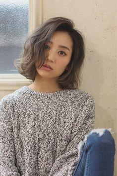 ワンレングスのボブにゆるくほつれるようなパーマをオン。アッシュベージュカラーでより外国人風に。フロントもゆるくウェーブを。 Long Bob Hairstyles, Undercut Hairstyles, Hairstyles For Round Faces, Korean Perm Short Hair, How To Curl Short Hair, Short Hair Styles For Round Faces, Curly Hair Styles, Asian Hair, Hair Designs