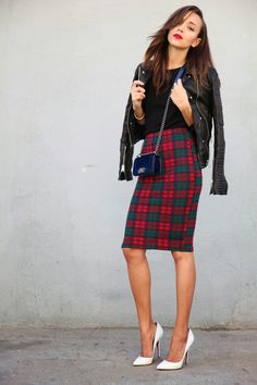 i love tartan and leather together, i love how the model has added the polished white court heels. The leather biker jacket adds just a touch of edge to the parisian chic of the court heels, and the tartan pencil skirt :) Plaid Pencil Skirt, Pencil Skirt Outfits, Pencil Skirts, Style Work, Mode Style, Office Style, Office Chic, Style Blog, Dame Chic