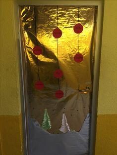 Puerta de Navidad. Sencilla y elegante, así ha quedado la puerta de mi clase