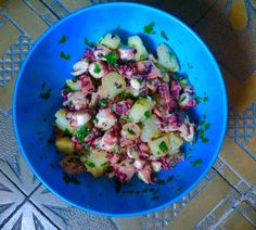 Na nic obtłukiwanie o skały, pieczenie w occie i gotowanie z korkiem. Ośmiornicę można po prostu ugotować i zjeść z ziemniakami.