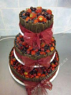 svatební dort s trubičkami z belgické čokolády a ovocem
