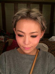 哈哈...我一向不用美肌mode的,剛掌握了明星常鳴謝的燈光師傅技巧,懂得用光,就有BB滑肌,做新娘job最悶便是迎賓和進場時間,自娛方法1/瞓覺、2/打稿、3/吃東西、4/自我梳洗(化妝加set頭)。今晚就可以直接出街了  #macao #macau #makeup #makeupartist #bride #bridal #hk #hkig #HongKong #cotai #FourSeasons