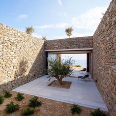 This ridged limestone house by Athens studio decaArchitecture faces out over the edge of a cliff on the Greek island of Milos. Outdoor Spaces, Outdoor Living, Limestone House, Stone Patio Designs, Casa Patio, Patio Interior, Desert Homes, Stone Houses, Architecture Photo