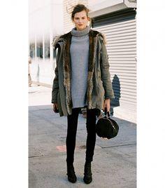 La chaqueta militar: no importa cuán simple o complicado sea un outfit, esta ropa de abrigo imprescindible parece funcionar con cualquier look, incluyendo este cuello de tortuga oversized.