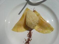 Ravioli de piña con cremoso de mango y helado de manzana asada.....exquisito!