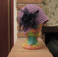 Cappello cloche lilla e viola con spilla fiore nero