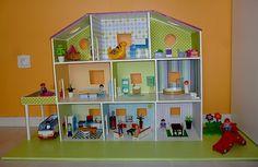 Bonsoir ! Pas de scrap pour ce soir, mais 2 créations réalisées entièrement par mon conjoint et moi-même pour les 3 ans de Louane ! et oui, que ça passe vite, déjà 3 ans depuis vendredi .... Voici tout d'abord une maison pour ses Playmobils faites grâce...