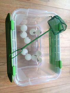 Rekenaktiviteit en motoriek: pingpongballen en cijfers vissen. @Juf Franny Twitter.