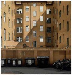 古いダンボールの質感や雰囲気をそのまま利用したアート作品「a city within the city」