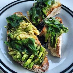 Pravda o tukoch Avocado Toast, Sprouts, Vegetables, Breakfast, Food, Morning Coffee, Essen, Vegetable Recipes, Meals