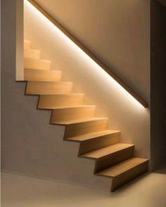 A importância e o impacto de um bom projeto luminotécnico. Da pra imaginar essa escada sem esse corrimão inumados? Não né?