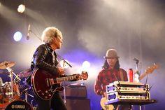 《ライブレポート》  今夜の舞台は沖縄、モンゴル800が主催のロックフェスティバル「What a Wonderful World 16」 に佐野元春 & The Coyote Bandが出演。すっかり陽が落ちた夜7時、演奏は「君を探している」から始まった。