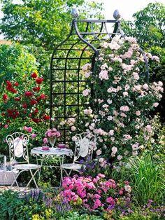 Charming rose garden setting and backyard landscaping ideas by Viktorianische Rosenlaube