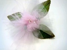 Tulle Flowers:  These tulle flowers would make a beautiful centerpiece for your wedding  Instructions include how to make several of these into a hanging arrangement to use on pews or door handle.  Tule vind je o.a. bij www.bijviltenzo.nl