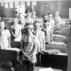 II world war children protections/ protezioni per bambini - II guerra mondiale Gas Mask Art, Masks Art, Gas Masks, World History, World War Ii, Vintage Photographs, Vintage Photos, Rare Photos, Donia