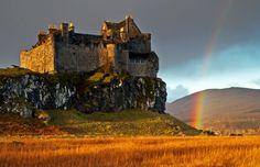 Duart Castle, Isle of Mull, Scotland, Clan MacLean Beautiful Architecture, Beautiful Buildings, Beautiful Places, Scotland Castles, Scottish Castles, Isle Of Mull, Castle Pictures, Medieval Houses, Castle House