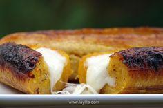 Receta para preparar plátanos maduros asados al horno y rellenos con quesillo o queso.