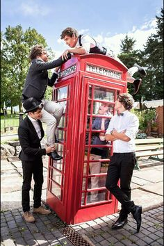 why is niall in the telephone booth, we should be able to see him betterr yooo.  -nikki Syco Records, Zayn Malik, Jukebox, Band, One Direction, Bands, One Direction Preferences, Conveyor Belt