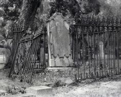 I can lose myself in an old cemetery