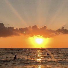 【brilliantflower.h】さんのInstagramをピンしています。 《ワイキキの夕日 #Hawaii#Waikiki#Ocean#Aloha #Blueocean#Honolulu #Diamond Head mountain #sunset#sunrise #ワイキキの夕陽#夕陽 #Aloha #beach #trip#travel #癒し#healing  #beautiful #wonderful #nice #Flower#Natural #花#自然 #景色 #海 #空 #雲#太陽 #Scenery#Sea》
